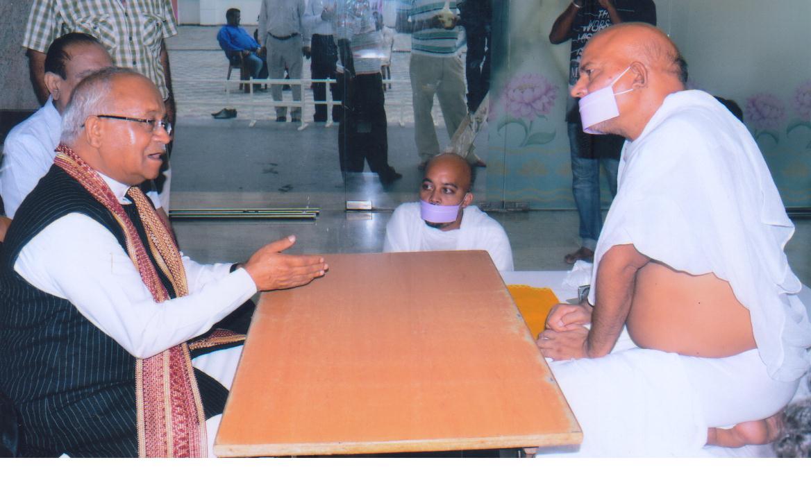 जैन मुनि श्री महाश्रमणजी से कोलकाता में वार्तालाप करते हुए डॉ. वेदप्रताप वैदिक