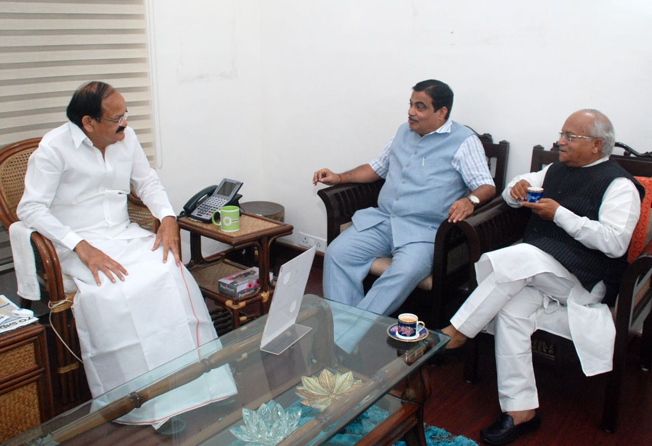 उपराष्ट्रपति श्री वेंकैया नायडू, केन्द्रीय मंत्री श्री नितीन गडकरी और डॉ. वेदप्रताप वैदिक विचार—विमर्श करते हुए
