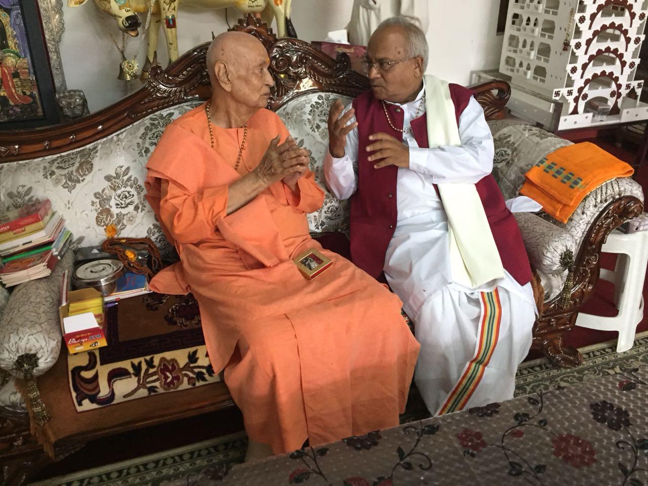 भारत माता मंदिर, हरिद्वार के संस्थापक प्रसिद्ध सन्यासी श्री सत्यमित्रानंदजी और डॉ. वैदिक  देश की  वर्तमान स्थिति पर चर्चा करते हुए