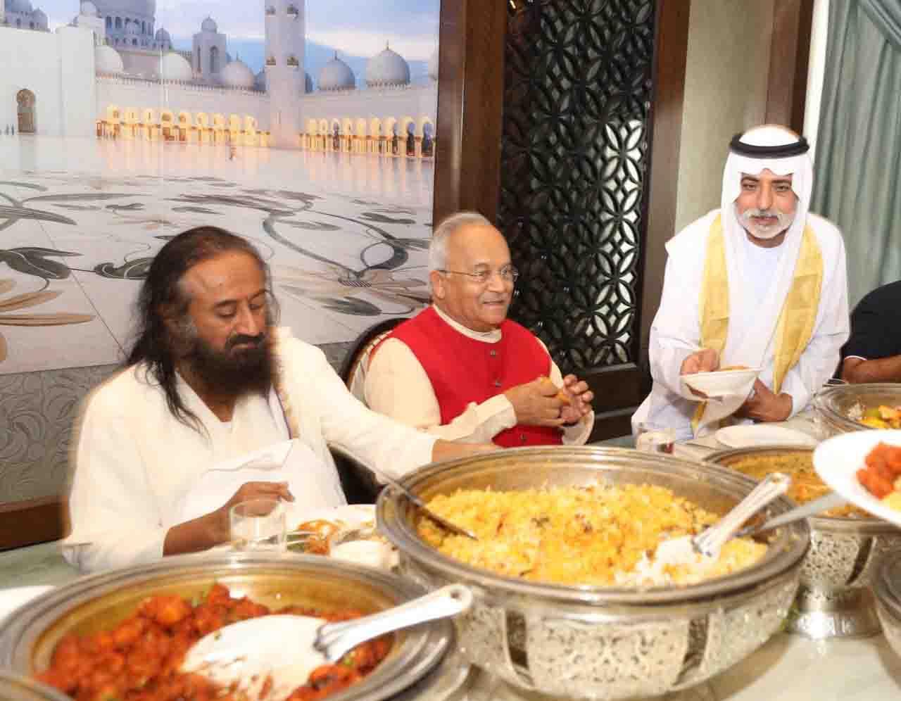 अबू धाबी के महल में शाकाहारी भोजन करते हुए श्री श्री रविशंकरजी, डॉ. वैदिक और शेख नाह्यान। पास में बैठे हैं भारत के राजदूत श्री नवदीप पुरी और प्रसिद्ध उद्योगपति बी. आर. शेट्टी।