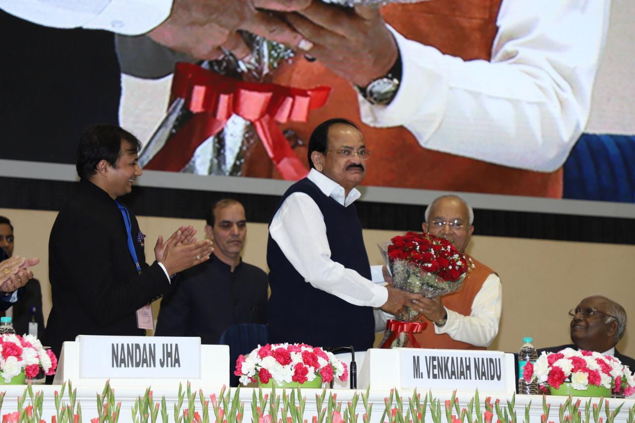 स्व. प्रधानमंत्री श्री अटलजी की स्मृति में आयोजित विशाल समारोह में उपराष्ट्रपति श्री वेंकैया नायडू का स्वागत करते हुए डॉ. वैदिक।