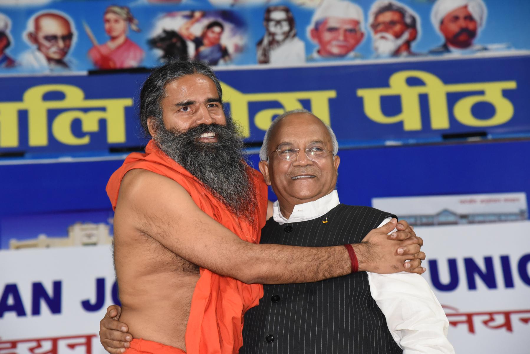हरिद्वार में 'इंडियन जर्नलिस्टस यूनियन' के वार्षिक अधिवेशन का उदघाटन करते हुए डॉ. वेदप्रताप वैदिक और स्वामी रामदेव