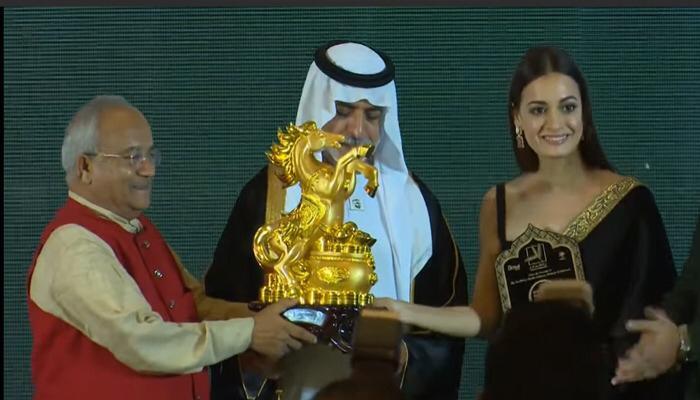 दुबई में आयोजित सम्मान समारोह में शेख नाह्यान मुबारक का सम्मान करते हुए डॉ. वेदप्रताप वैदिक साथ में फिल्म अभिनेत्री दिया मिर्जा खड़ी हैं