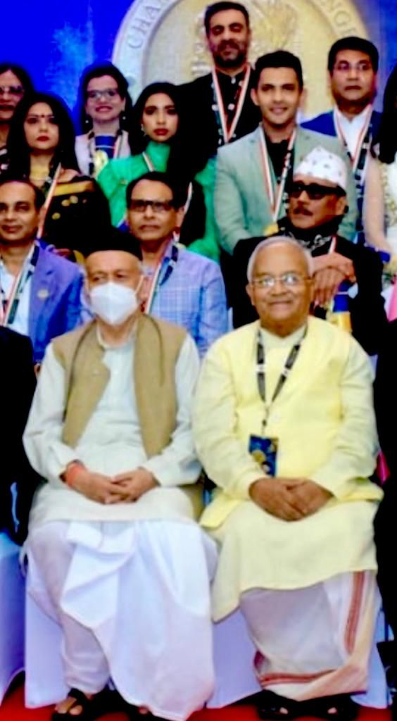 चैंपियन्स ऑफ चेंज अवार्ड देते हुए राज्यपाल श्री भगतसिंह कोश्यारी और डॉ. वेदप्रताप वैदिक।